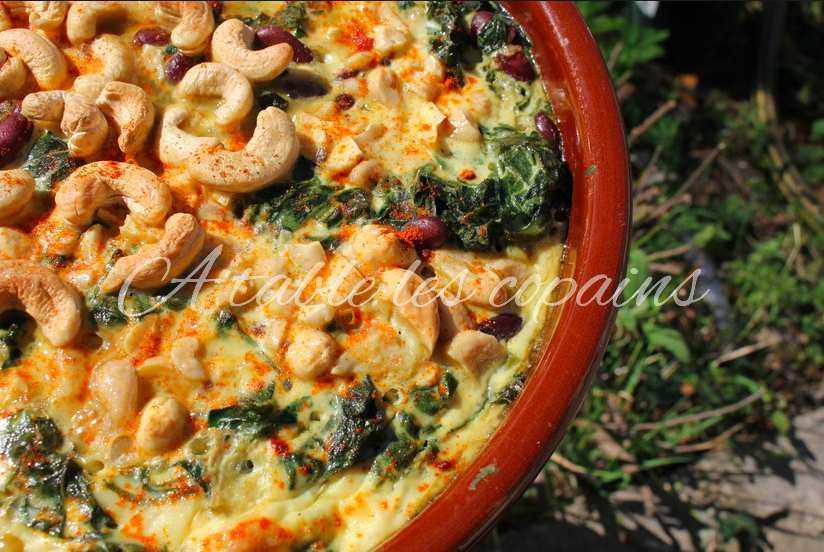 Plat d'épinards et de haricots rouges aux noix de cajou et paprika.