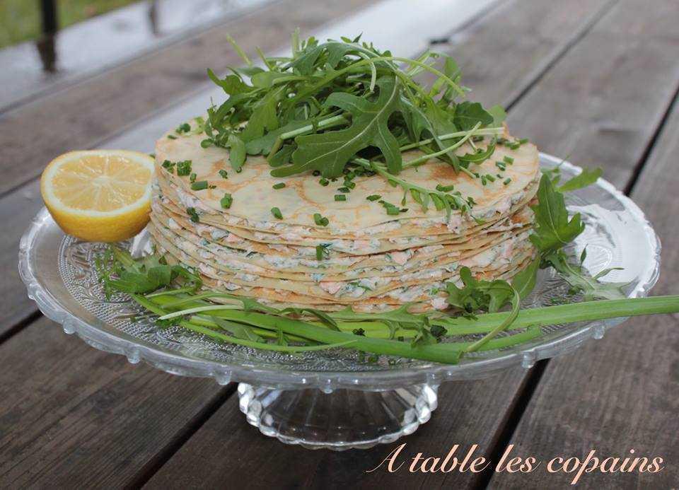 Gâteau de crêpes au saumon, fines herbes et citron.