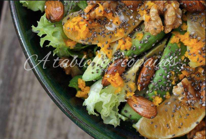 salade heatlhy : quinoa, avocat, salade, orange, noix, amandes et graines de chia, jus de citron et huile d'olive.
