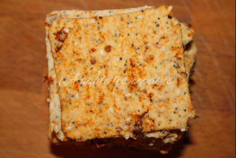 houmous de fèves et ses crackers aux tomates séchées et pavot