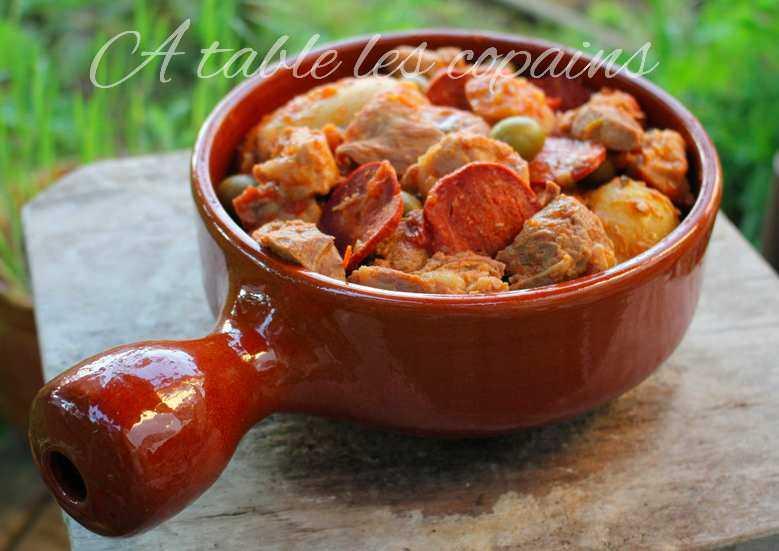 Sauté de porc à la portugaise, olives, chorizo et origan.