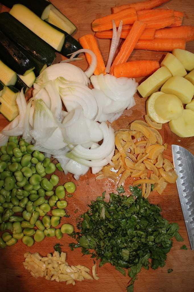 Tajine de poulet aux fèves, aux amandes et légumes nouveaux